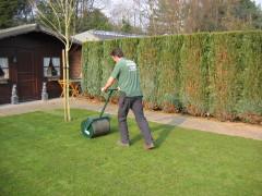 Het leggen van de zoden graszoden dirk maris nv graszodenservice graszoden potgrond - Tuinmodellen met rollen ...